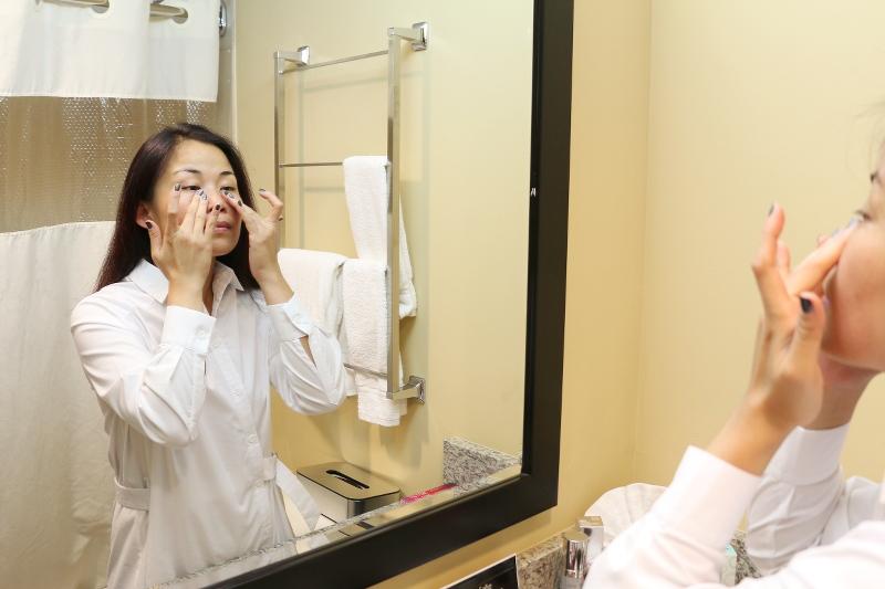 applying-makeup-beauty-cream-8