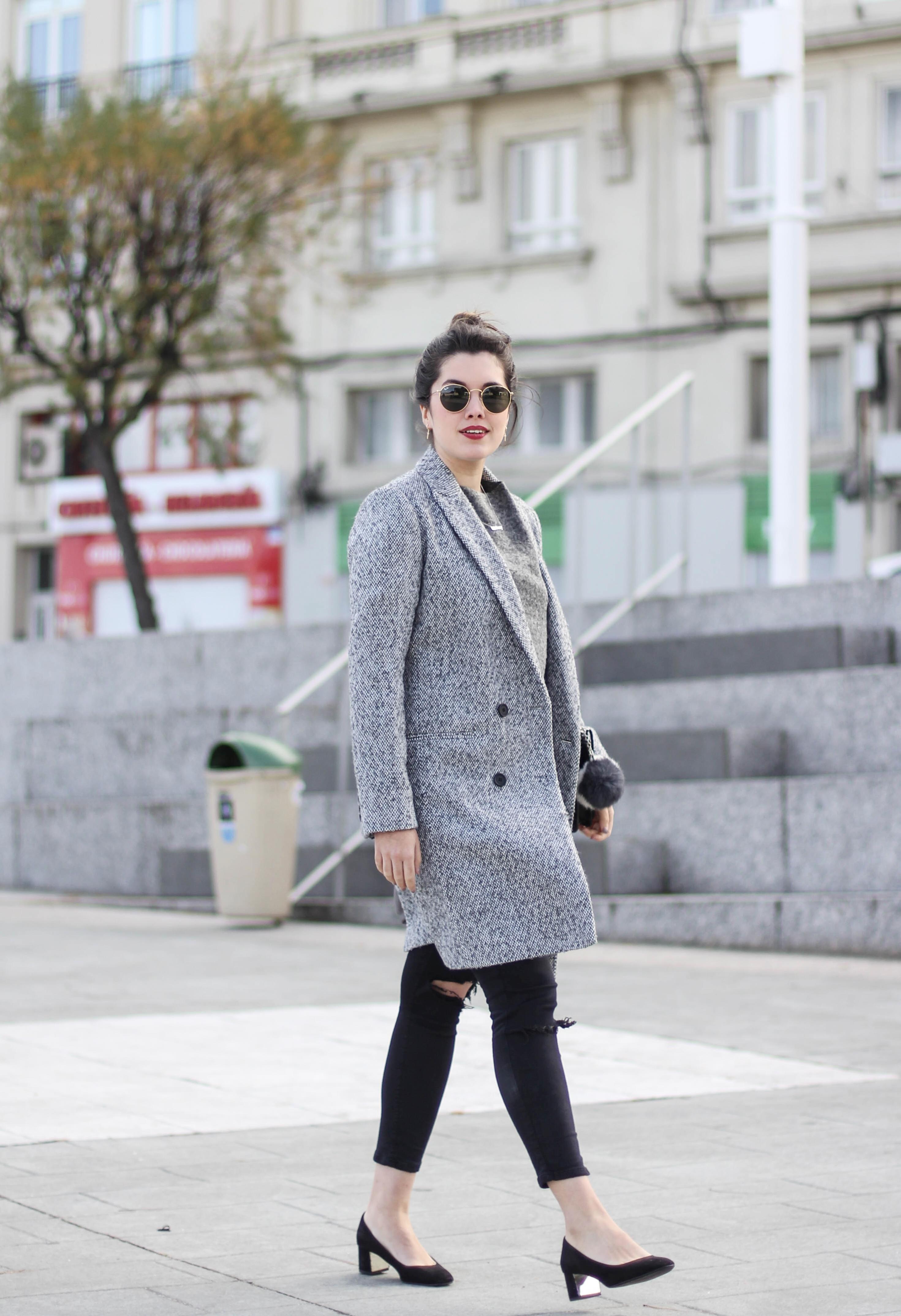 look femenino con abrigo gris myblueberrynightsblog