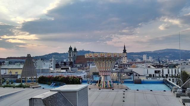Das Karussell, der Alte Dom und die Stadtpfarrkirche