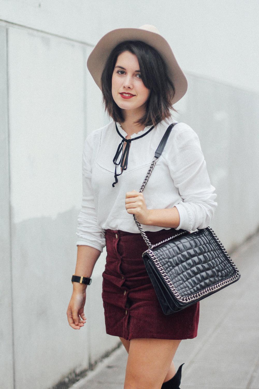 blusa con lazo negro y falda granate de pana