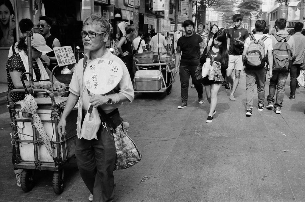 西門町 台北 2015/11/07 裝了一捲黑白底片到西門町拍攝,西門町很多地方都可以停下來等畫面。  在日本走走拍拍的時候,發現黑白拍起來畫面其實很強烈,可能是因為把顏色拿走了吧,所以剩下構圖來傳達畫面的意思就變得比較直接一點吧!  總之,回來台灣後,保持像在旅行時的好奇感繼續拍照!  Nikon FM2 Nikon AI AF Nikkor 35mm F/2D Kodak TRI-X 400 / 400TX 2940-0011 Photo by Toomore