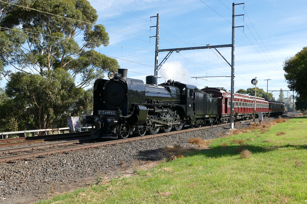 A2 986 on the up between oak park & pascoe vale by roreeves