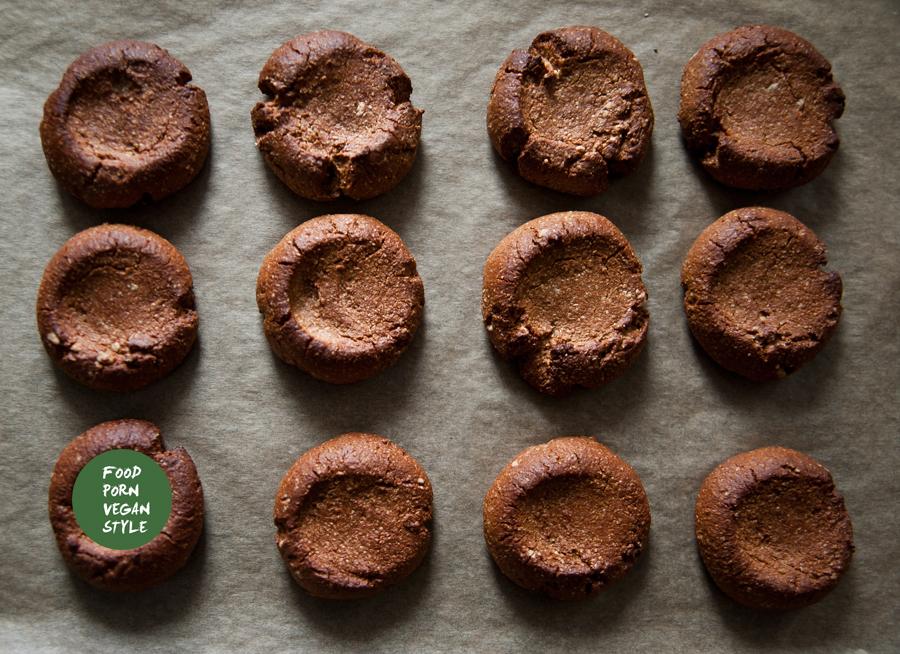 Carob thumbprint cookies with carob-tahini cream / Kruche ciastka karobowe z kremem karobowo sezamowym