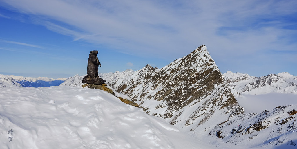 Beaver statue at the peak