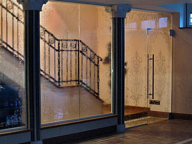 bezpečnostní skleněná stěna s designem