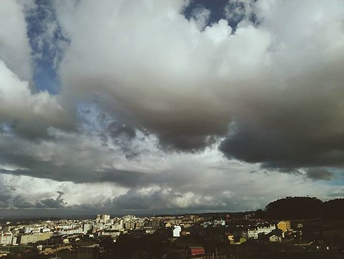 Tarde de nubes fotogénicas en #Coruña. #fotomovil #phonephoto #clouds #nubes #skies #sky