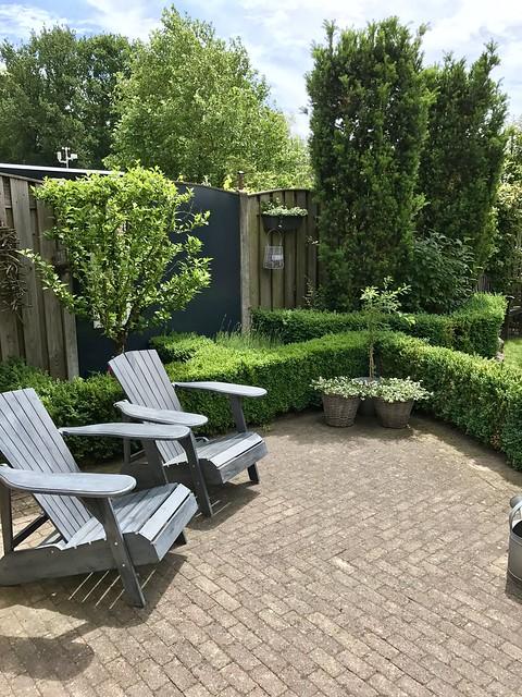 Houten tuinstoelen, landelijke tuin