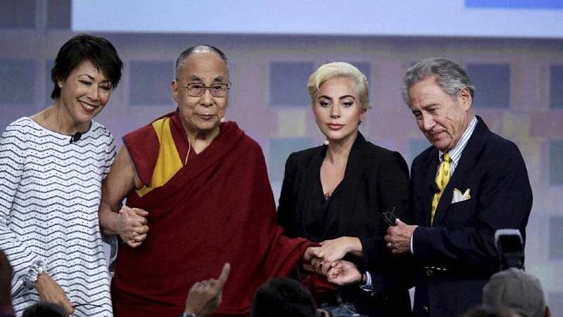 Dari kiri, jurnalis Ann Curry, Dalai Lama, Lady Gaga dan Philip Anschutz seorang pengusaha dan filantropi, pada Konferensi Wali Kota AS di Indianapolis, Minggu 26 Juni 2016.