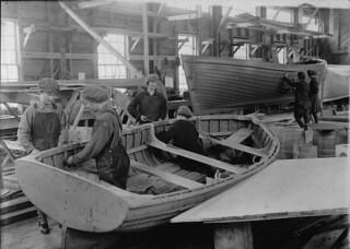 Women workers at Dr. Alexander Graham Bell's laboratory, Beinn Bhreagh, Baddeck, Nova Scotia / Des ouvrières au laboratoire du Dr Alexander Graham Bell, à Beinn Bhreagh, Baddeck (Nouvelle-Écosse)