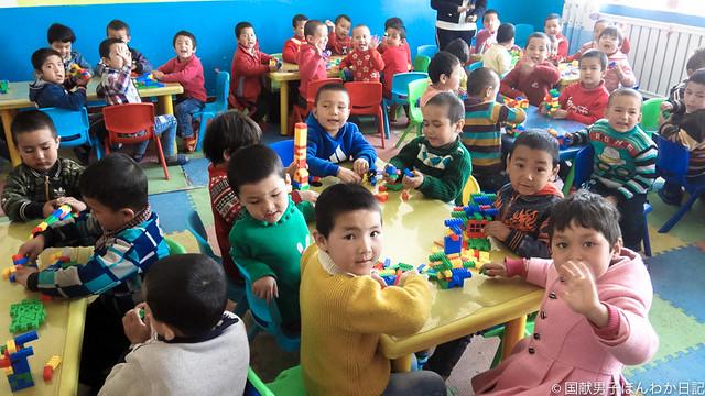 園児たち「ニーハオ」と大声で出迎え(也克力村幼稚園にて撮影:筆者)