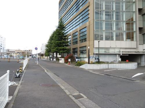 福島競馬場の敷地に沿って南口方面へ