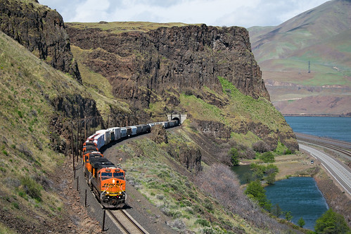 thedalles oregon unitedstates moody celilovillage bnsf trunk subdivision columbia river gorge ge gevo es44dc canyon cliff plateau mountain freight train railfanning