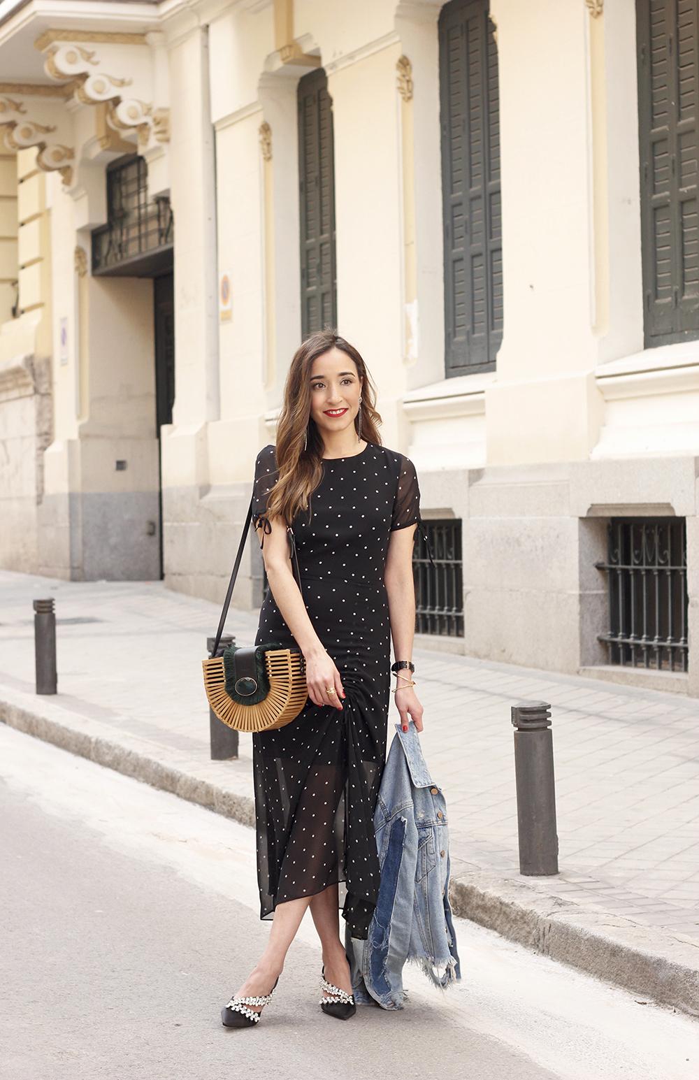 polka dot dress uterqüe jewel heels denim jacket outfit street style bamboo bag07