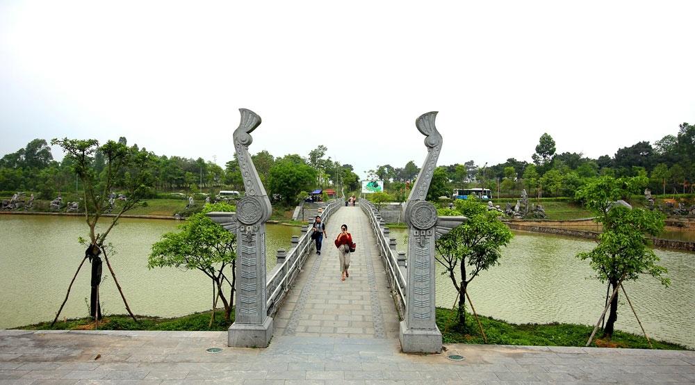 Cây cầu dẫn lối vào đền.