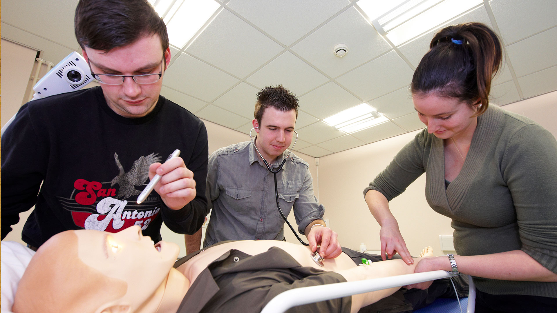students work with the SimMan patient simulator