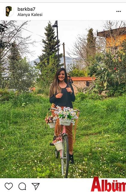Büşra Kaba, baharın habercisi kır çiçekleriyle birlikte çektirdiği bu fotoğrafıyla kısa sürede yüzlerce beğeni aldı.