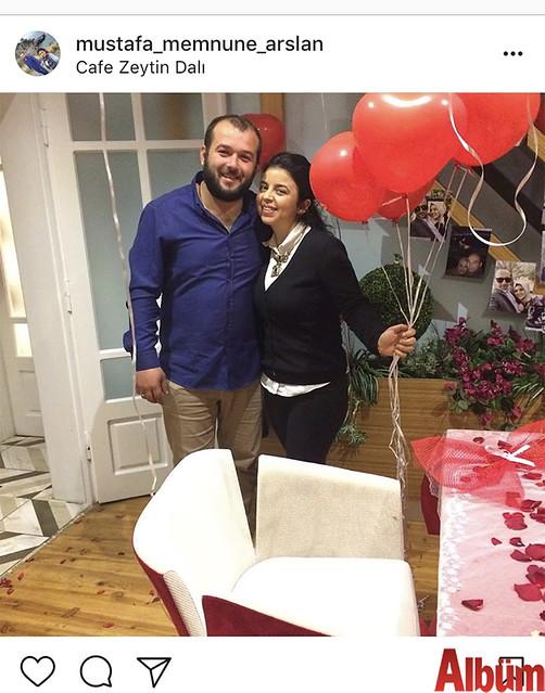 Mustafa ve Memnune Arslan çifti, yakın dostlarının Zeytin Dalı Kafe'de kız arkadaşı için organize ettiği evlilik teklifinden bu fotoğrafı paylaştı.