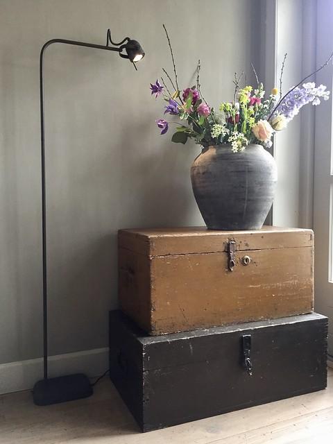 Oude kisten, kruik met bloemen