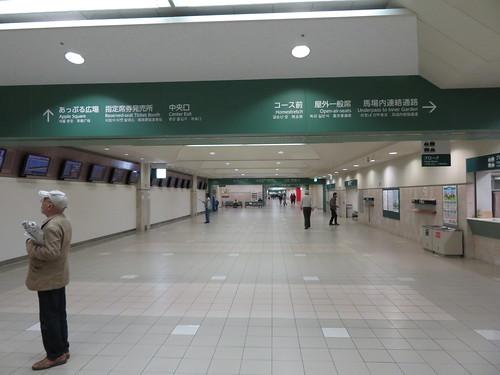 福島競馬場の1階コンコース