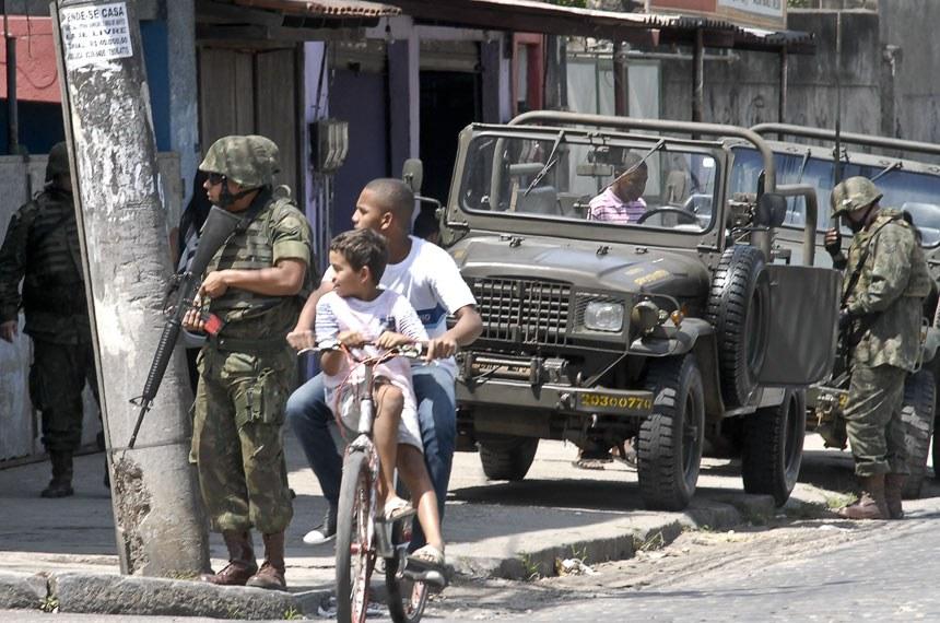 Democracia ou continência?, por Mário Henrique Guerreiro, Exército