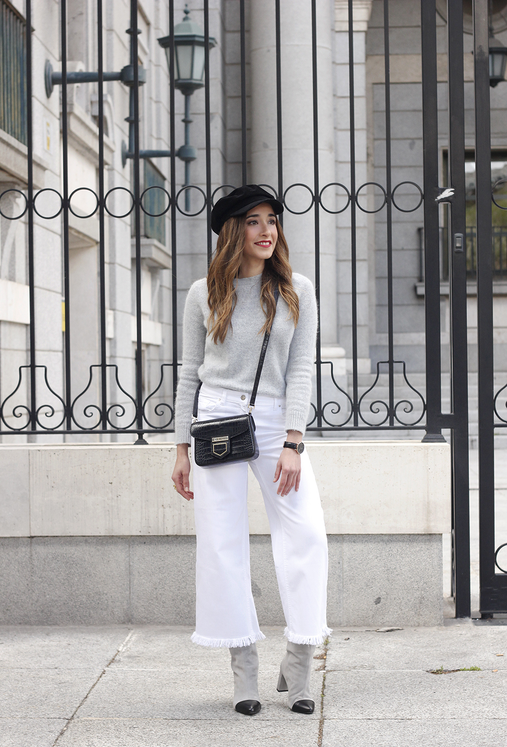 white jeans frayed hem jeans uterqüe bicolor boots gray sweater givenchy bag outfit09