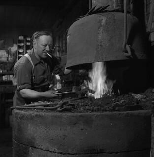 Harper Rennick heating a horseshoe, Shawville, Quebec / Harper Rennick chauffant un fer à cheval, Shawville (Québec)
