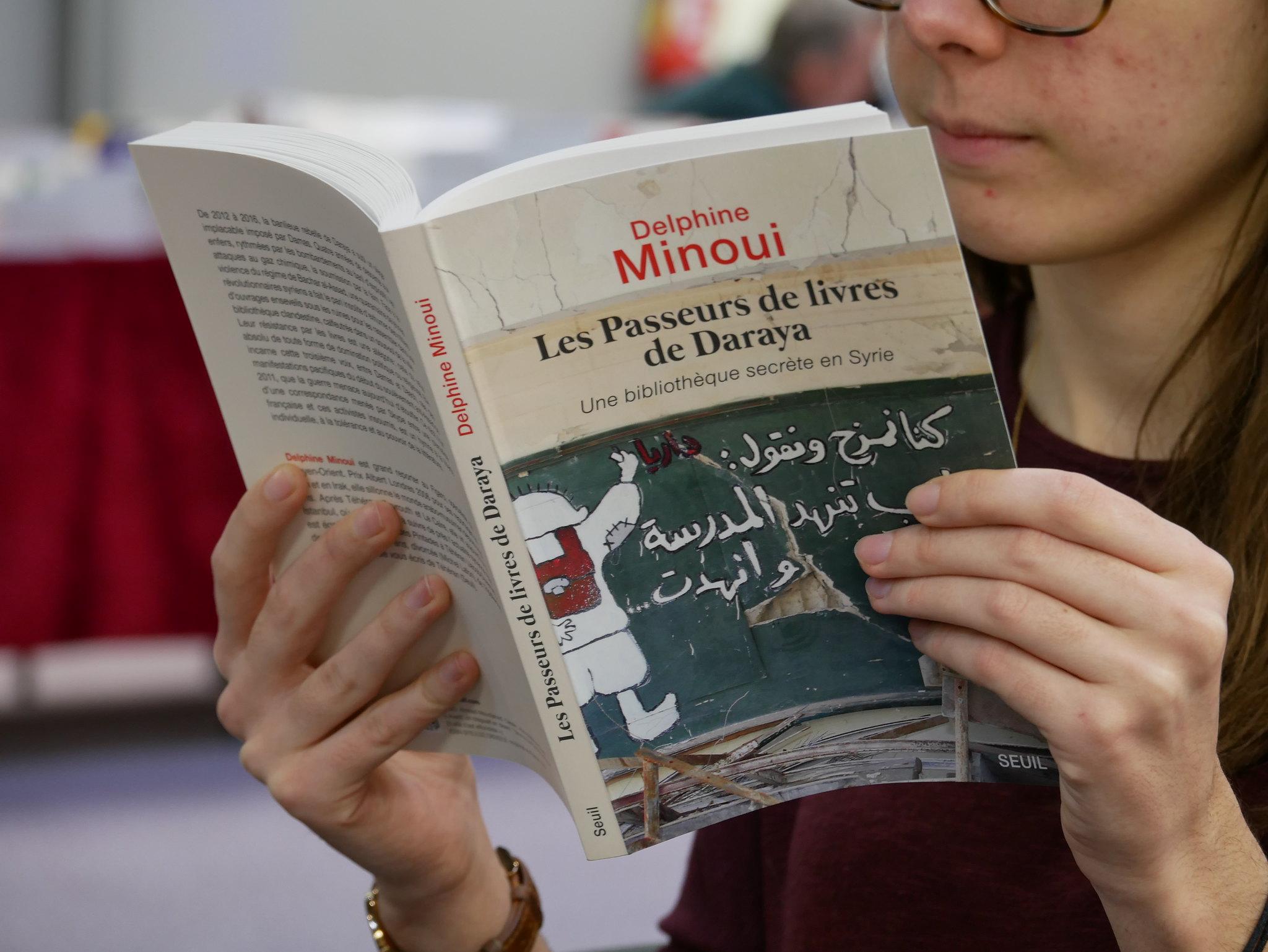 Les mots Delphine Minoui nous amènent au cœur de la bibliothèque de Daraya. Photo : Clément Buzalka