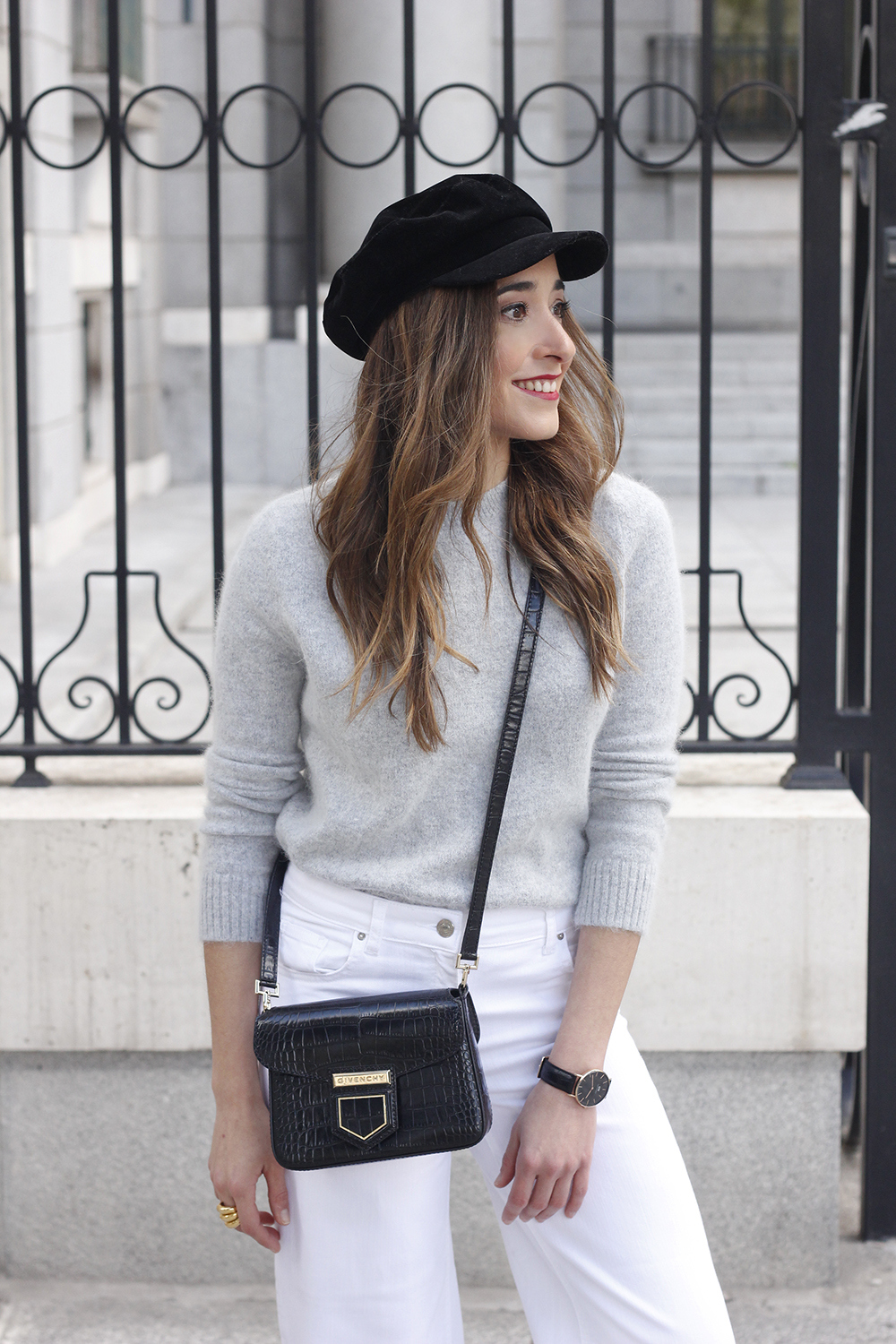 white jeans frayed hem jeans uterqüe bicolor boots gray sweater givenchy bag outfit02