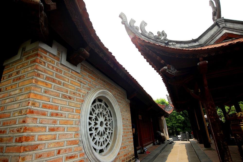 Kiến trúc đền chính được xây dựng kiểu chữ ''Đinh'' truyền thống.