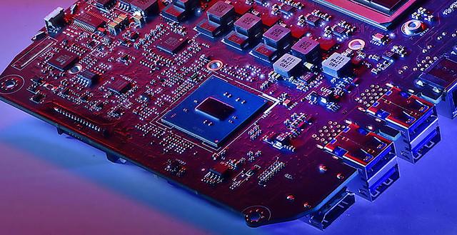 Une photo de la carte mère de l'Intel NUC Hades Canyon