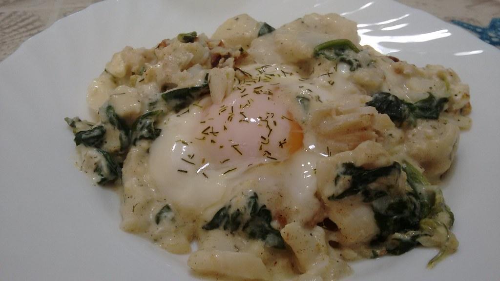 Huevos escalfados con bacalao y espinacas