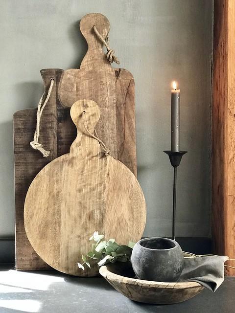 Houten snijplanken, kandelaar en houten kom
