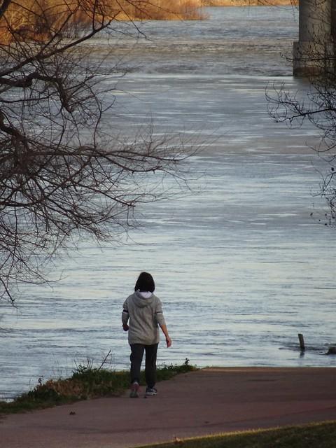 Mujercita junto al río