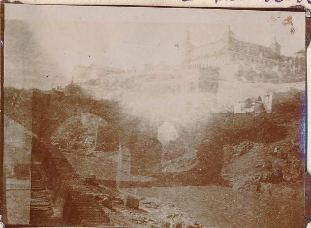 Puente de Alcántara y Alcázar de Toledo en 1898. Fotografía de un anónimo francés.