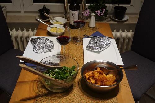 Entrecôte am Knochen mit frittierten Kartoffelecken, frisch angerührter Walnussöl-Honig-Senf-Mayonnaise und Feldsalat (Tischbild)
