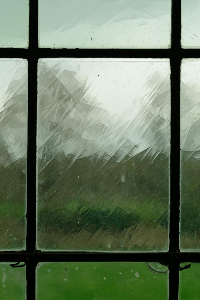 Derrière la vitre