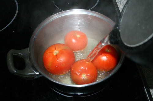 31 - Tomaten mit kochenden Wasser übergießen / Drain tomatoes with boiling water