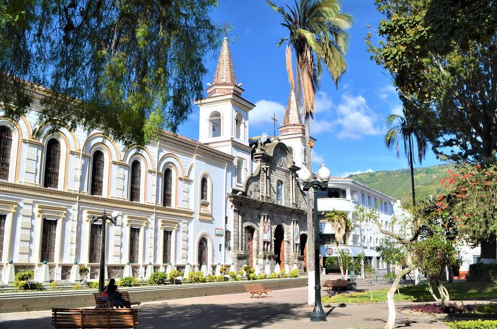 Palacio Episcopal y Catedral de Ibarra.