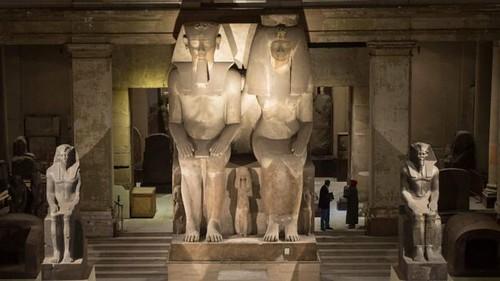 تمثال للملك أمنحوتب الثالث جالسا إلى جوار زوجته المحبوبة الملكة تي بنفس الحجم