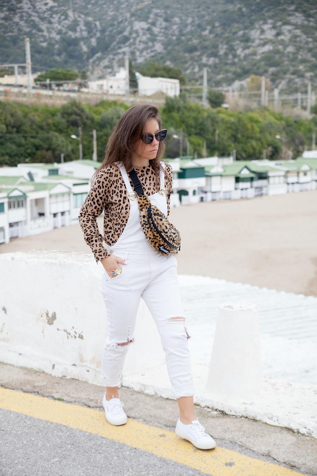 cómo cominar un peto blanco estilo sincerely jules a lo theguestgirl con riñonera Supreme y estampado leopardo