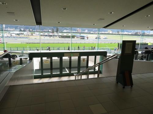福島競馬場の2階一般席から降りる通路
