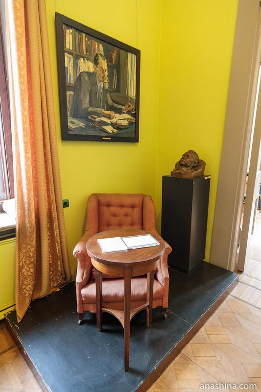 Кресло, журнальный столик, портрет и посмертная маска Горького