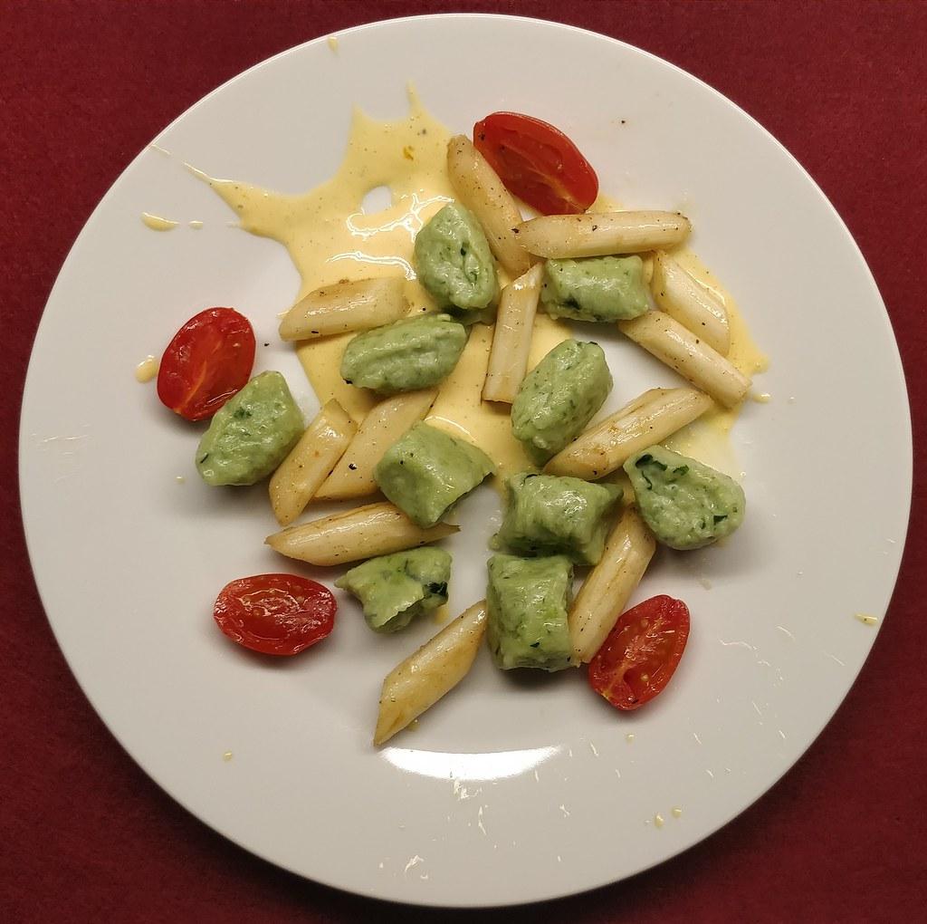 Bärlauch-Ricotta-Gnocchi mit Spargel und Tomaten