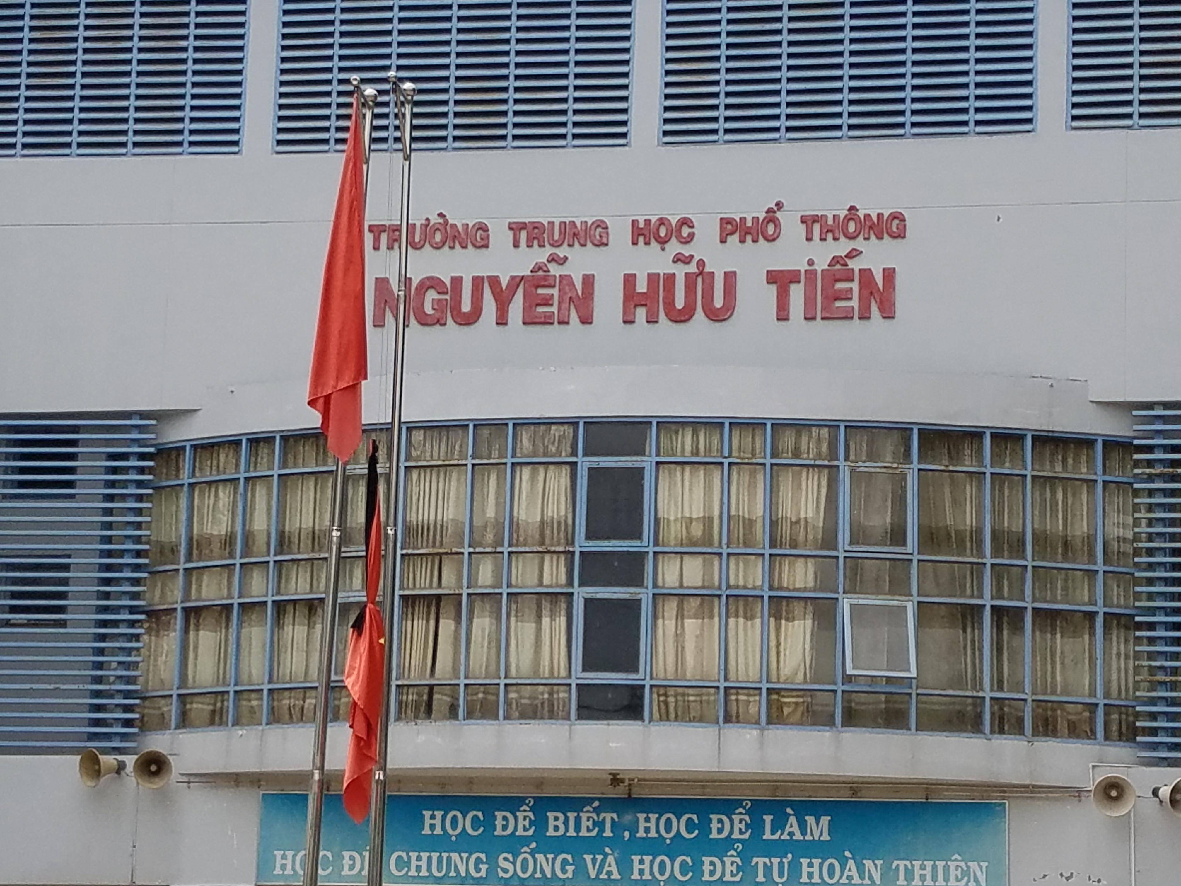 THPT Nguyễn Hữu Tiến treo cờ tang cựu thủ tướng Phan Văn Khải