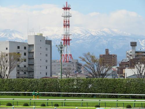 福島競馬場から眺める雪山