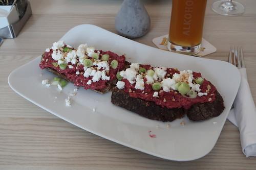 Roggenbrot mit Rote Beete Aufstrich, Ziegenfrischkäse und Haselnüssen