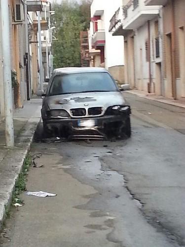 Auto in fiamme a Turi