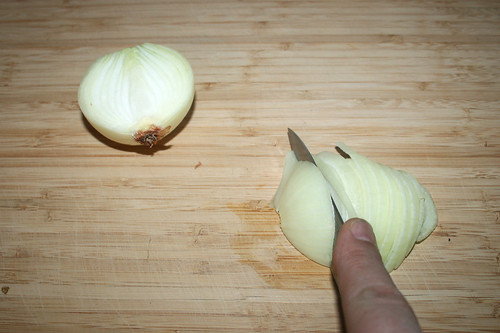 08 - Zwiebel in Spalten schneiden / Cut onion in slices
