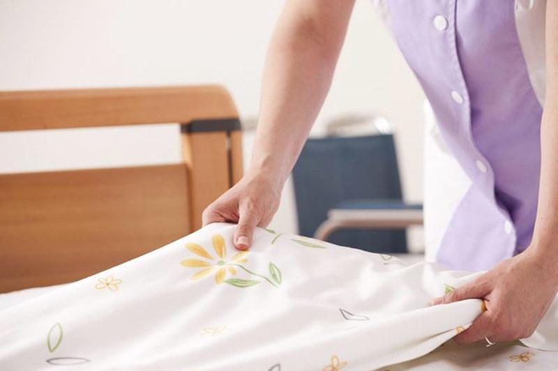 เปลี่ยนผ้าปูผู้ป่วยติดเตียง