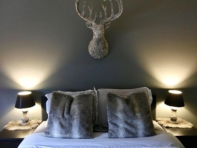 Gewei boven het bed
